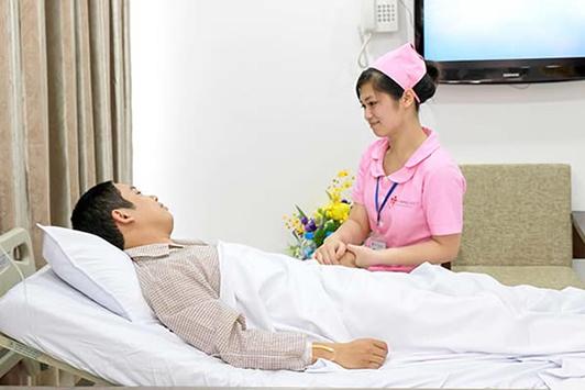 Điều dưỡng viên là những người âm thầm đứng sau giúp đỡ bệnh nhân