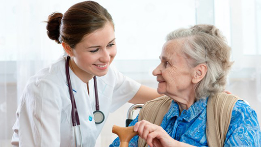 Điều dưỡng viên chăm sóc cho người già